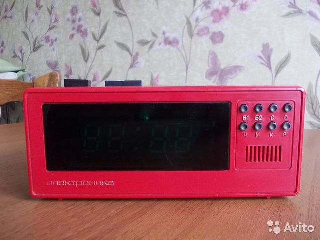 Наручные часы электроника 53 выглядят таким образом: на дисплее индикация времени, секунд, дня недели, даты.