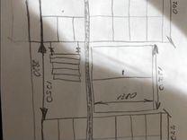 Стол с шкафами и тумбами у окна
